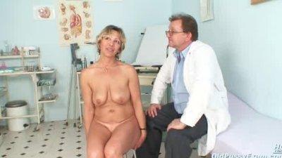Vanda has her horny mature pus