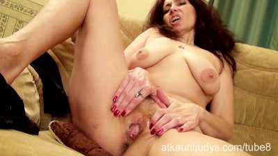 Mature Karolina shows off her sexy lingerie and masturbates her pussy
