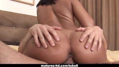 Mature ebony slut takes in a fat cock