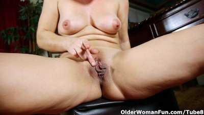 Mom in pantyhose takes her des