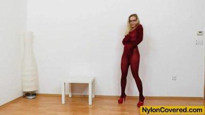 Blonde dildoing herself in pantyhose