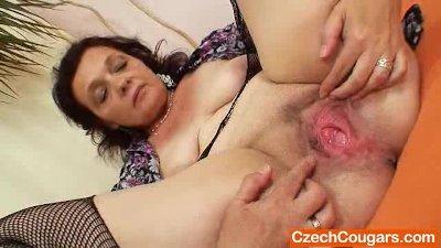 : Corpulent czech mommy fingering pussy