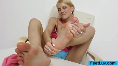 Blond-haired babe Kasia Linsey foot fetish