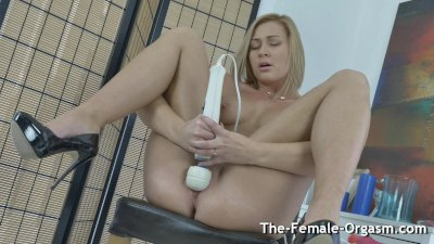Blonde Bates to Grooling Pulsating Hitachi Orgasm