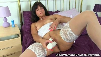 English milf Lelani loves stuffing her mature pussy