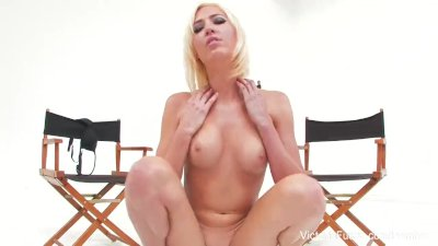 Sexy babe Victoria White shows off her amazing body