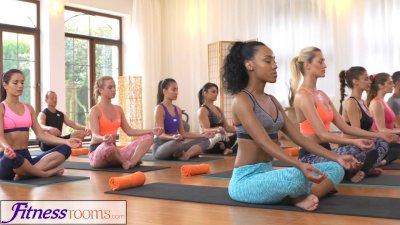 FitnessRooms Sweaty cleavage i