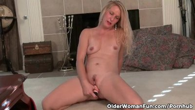 American milf Shelby strips of
