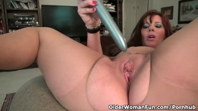 American milf Lauren takes care of her gorgeous pussy