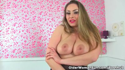 English milf Sophia Delane lets you feast your eyes