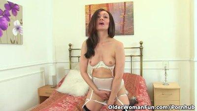 English milf Kitty Cream puts her fingers to work