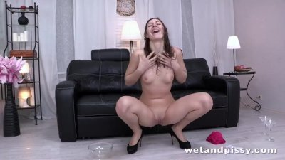 Brunette sluts gets soaking wet in her piss