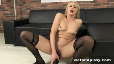 Amazing blondie plays with her piss