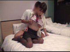 【素人ナンパ企画】スレンダー美脚のキレイなCAお姉さんに童貞君のフルチンポを見せつけ!